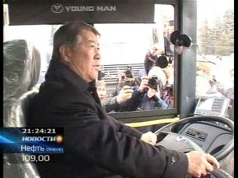 Аким Алматы сел за руль троллейбуса