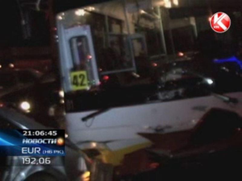 В Шымкенте водитель автобуса умудрился протаранить сразу десяток машин