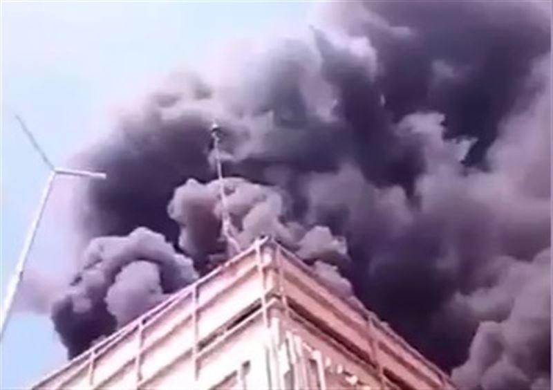 В Алматы с помощью строительного крана спасли рабочего с горящей крыши