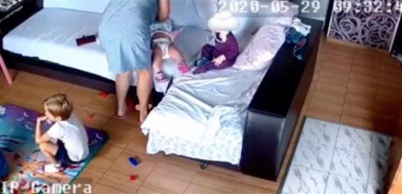 Тәрбиешінің бір жасар қызды өлтіргені видеоға түсіп қалды