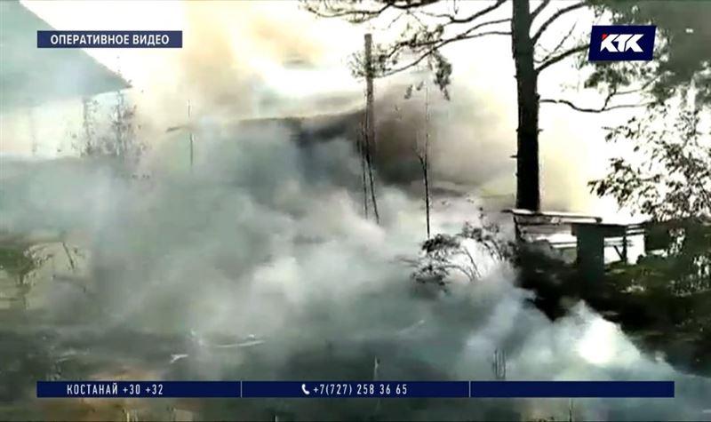 На территории Бухтарминского водохранилища сгорели два частных коттеджа