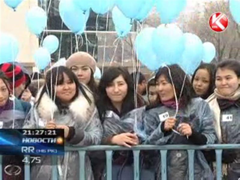 Более тысячи алматинцев собрались на площади перед Дворцом Республики
