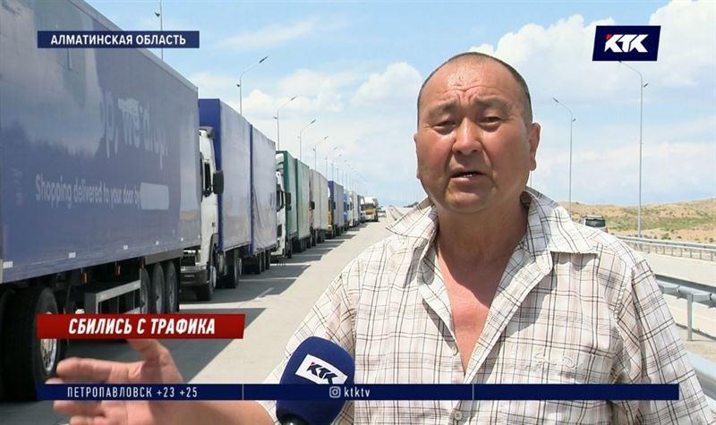 «За месяц проехал 10 километров»: сотни дальнобойщиков простаивают в гигантской пробке на границе