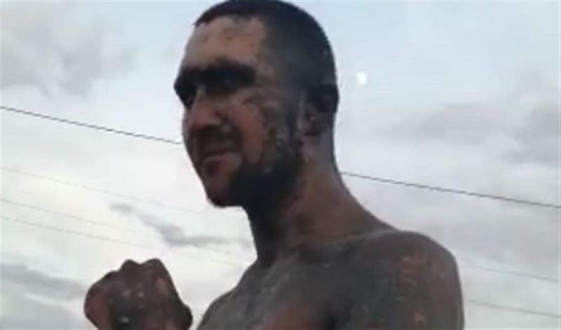 Мужчину покрасили черной краской в Караганде за 500 тенге