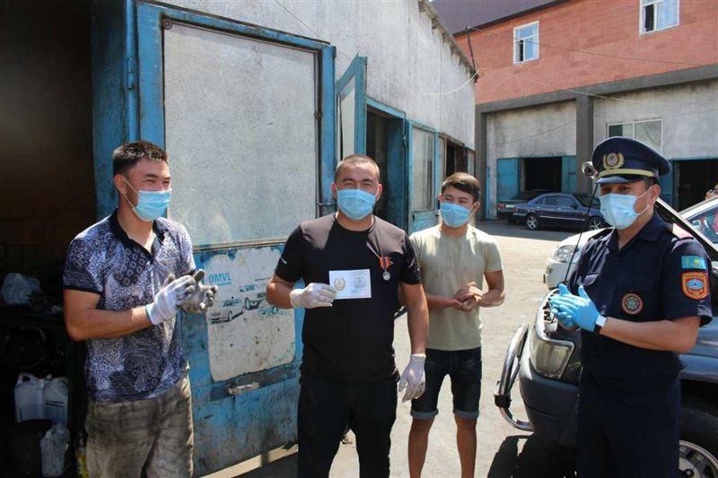 Алматыда көлігімен суға батып бара жатқан адамды 24 жастағы жігіт құтқарған