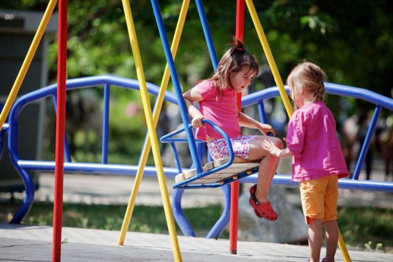 Детям разрешили играть на площадках во время карантина