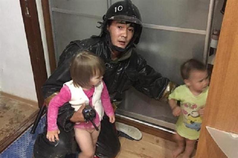 Двое малолетних детей в столице разгуливали по подоконнику на четвертом этаже