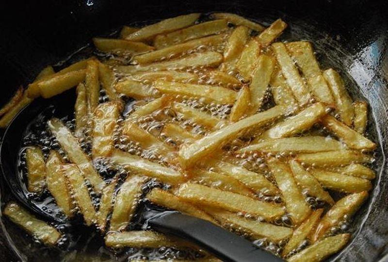 Пенсионерка умерла, пожарив картошку-фри на смазочном масле