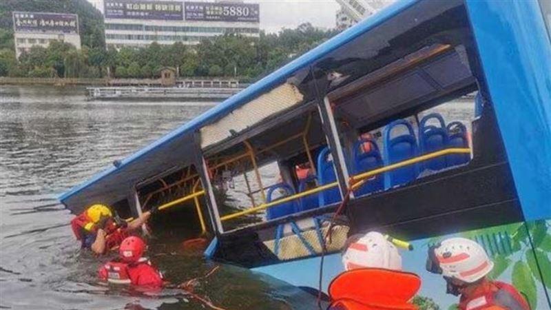 По меньшей мере 21 человек погиб после падения пассажирского автобуса в озеро в Китае