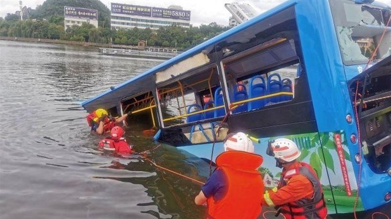 Автобус көлге құлап, 21 адам мерт болды