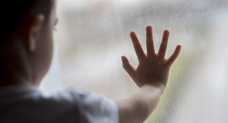 Спасатели предотвратили падение ребенка из окна в Нур-Султане