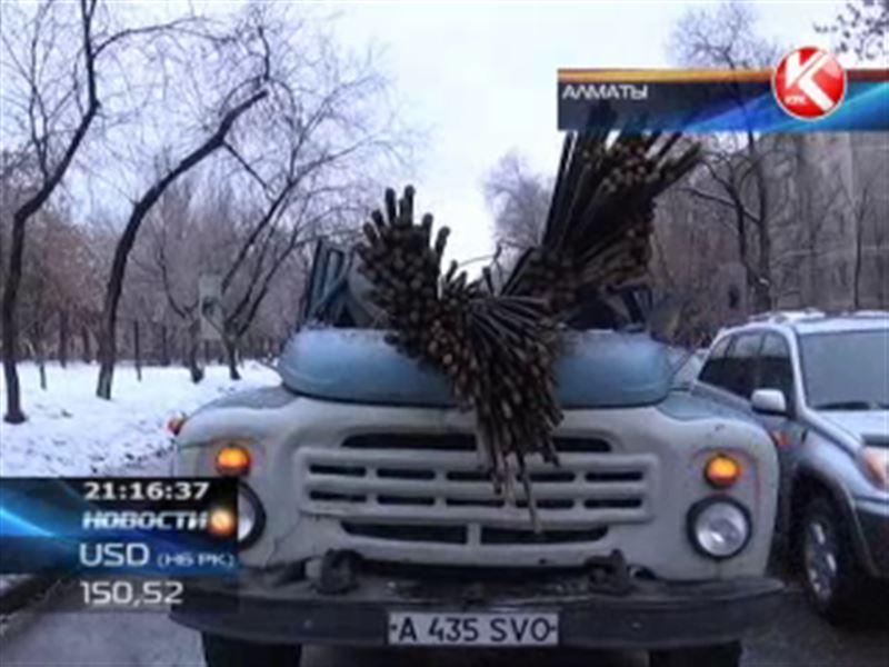 В Алматы водитель грузовика едва не погиб под незакрепленной арматурой