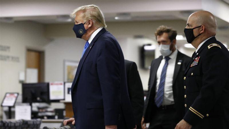 С начала пандемии Трампа впервые увидели с маской на лице