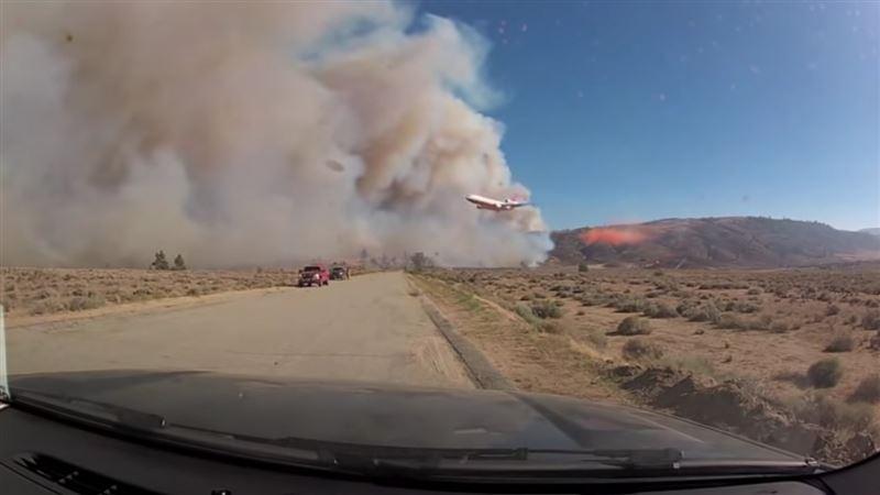 В сети публикуют видео, якобы снятое в Казахстане, в котором с самолета распыляют некое вещество
