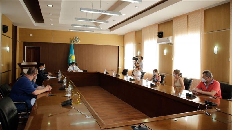 Глава Атырауской области принял врачей из России