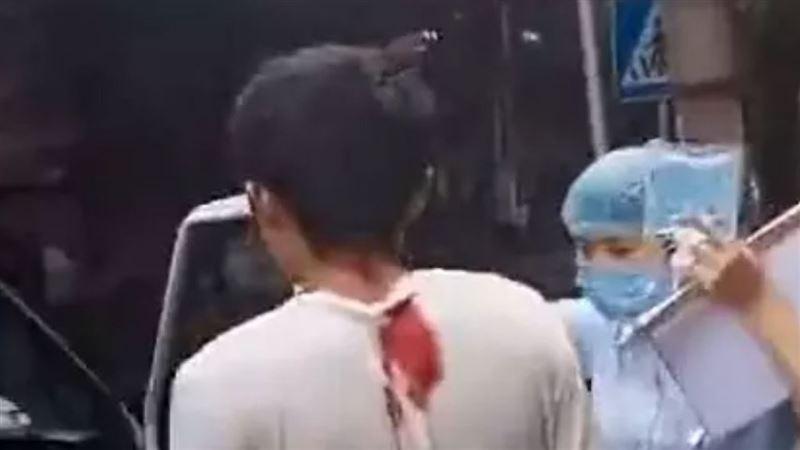 По улице ходил мужчина с ножом в голове