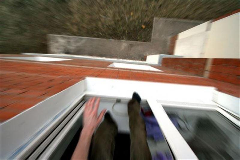 Особо опасный преступник, пытаясь сбежать, выпрыгнул из окна 12-го этажа