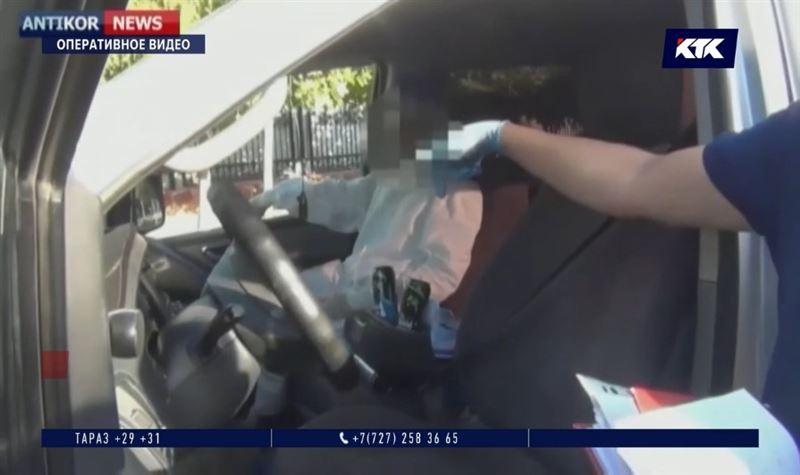 За две банки энергетика задержали санврача в Шымкенте