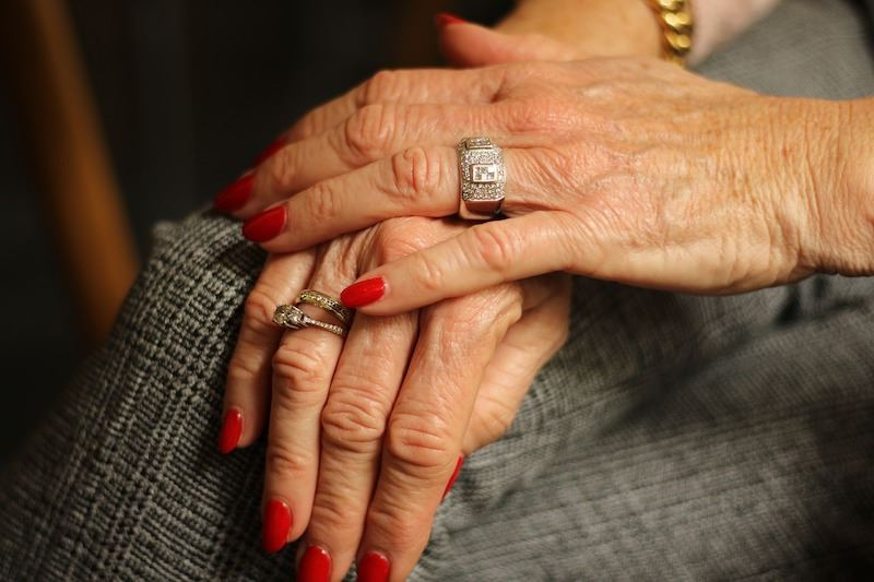 Сеанс маникюра спас жизнь пенсионерке