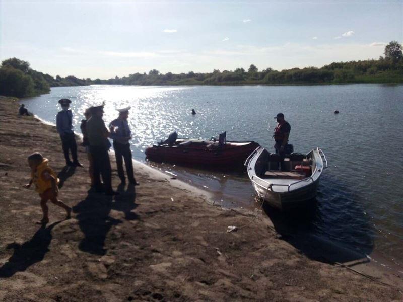Семью с ребенком спасли из тонущей лодки в Ишиме