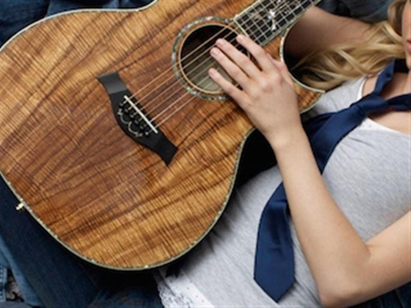 Жена застала мужа с любовницей и проломила стену его гитарой