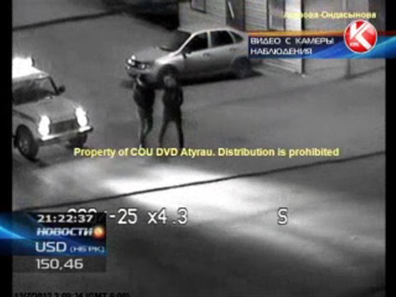В Атырау задержали банду грабителей, забиравших сотовые у прохожих
