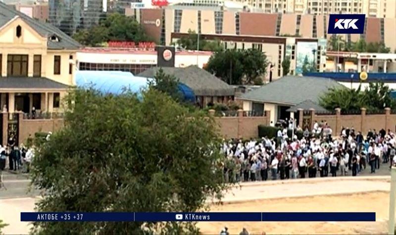 Сотни актаусцев пренебрегли карантином, чтобы прийти на похороны