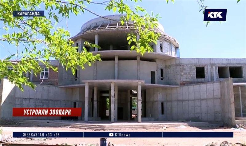 При строительстве зимнего зоопарка в Караганде «забыли» про окна и двери