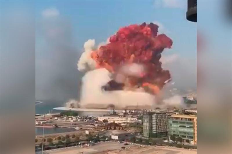 Сильный взрыв прогремел в районе порта Бейрута