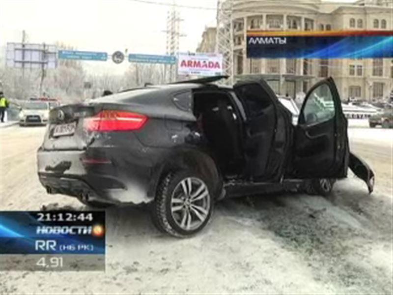 В Алматы внедорожник на полном ходу врезался в пассажирский автобус