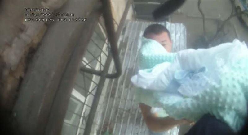 Спасение младенца из горящей пятиэтажки в Рудном попало на видео