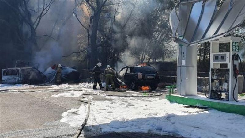 В Алматинской области внедорожник врезался в емкость с газом на АЗС, из-за чего произошел взрыв