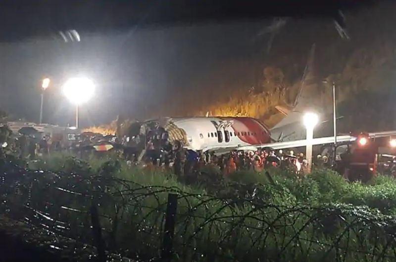 Число погибших при жесткой посадке самолета в Индии достигло 20