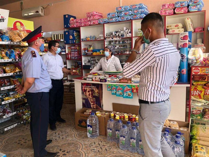 Полицейские Туркестанской области раздали медицинские маски местным жителям