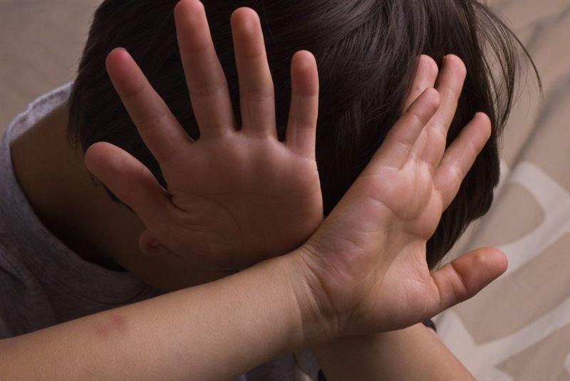 Мальчика-сироту из Каратау опекуны ставили коленками на крупу