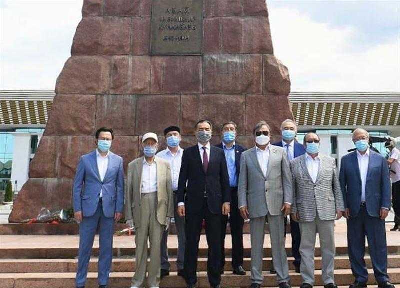 Аким Алматы и представители творческой интеллигенции возложили цветы к памятнику Абая