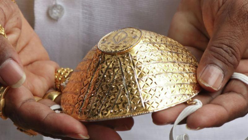 Зергерлер алтын мен гауһар тастан медициналық маска жасап жатыр