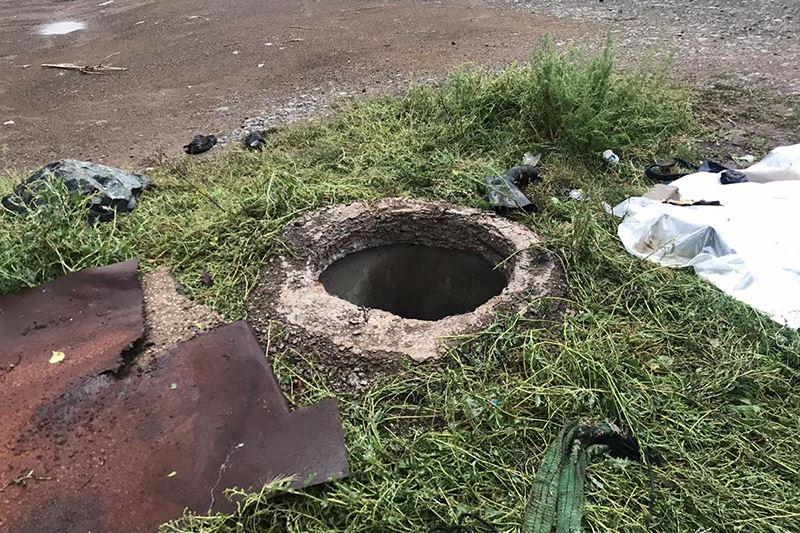 Трое рабочих отравились в канализационном колодце в Акмолинской области, один скончался