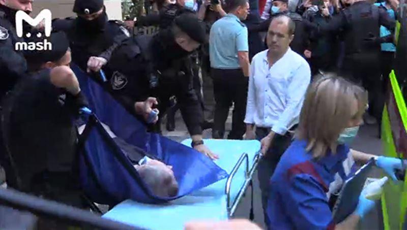 Михаила Ефремова вынесли из зала суда на носилках
