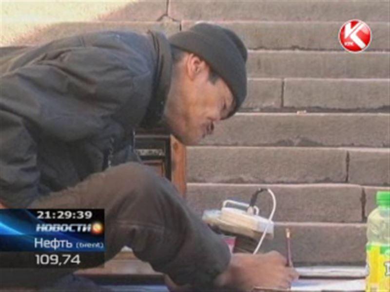 Бишкекский художник-инвалид рисует ногами