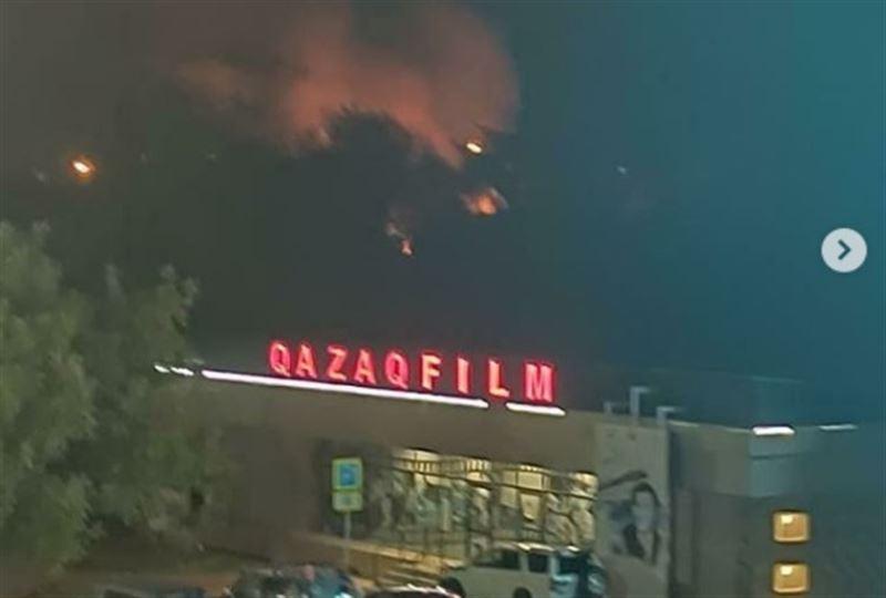 В Алматы на территории киностудии «Казахфильм» начался пожар