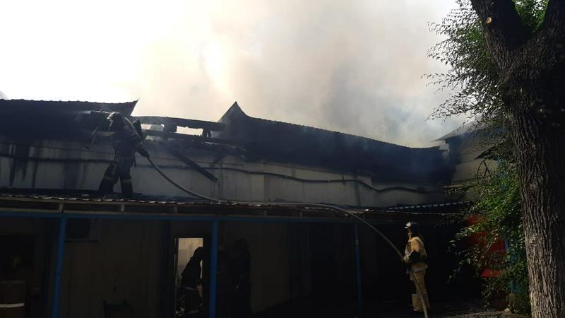 В Алматы горит здание на территории кардиоцентра