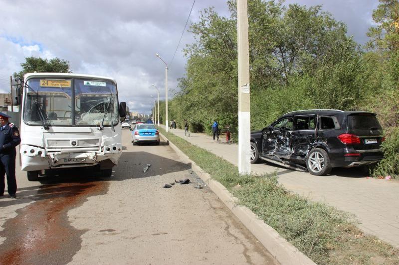 Ақтөбеде автобус пен жеңіл көлік соқтығысып, 9 адам ауруханаға жеткізілді