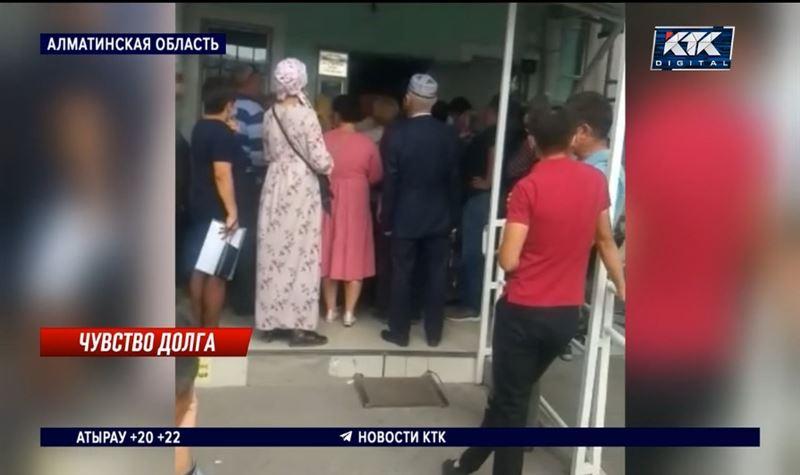 Налоги на проданные авто начислили в Узынагаше – 200 человек пришли разбираться
