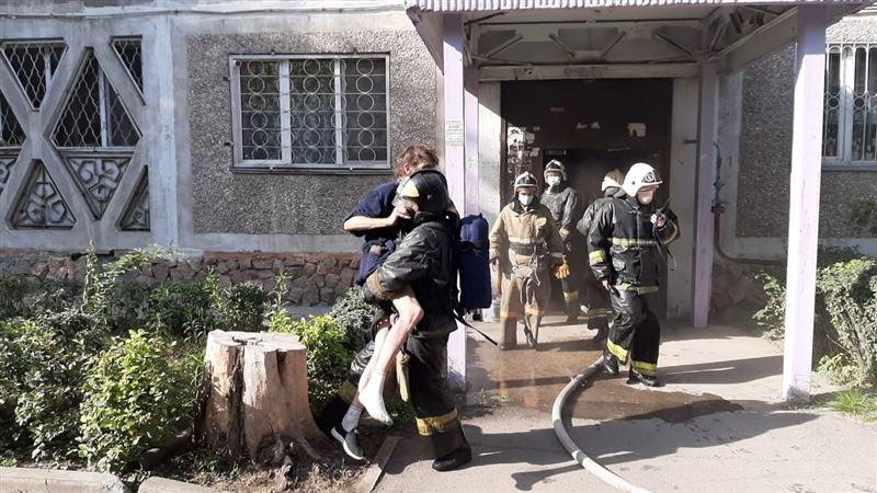 В Алматы произошел пожар в квартире, в результате которого чуть не погибли трое мужчин