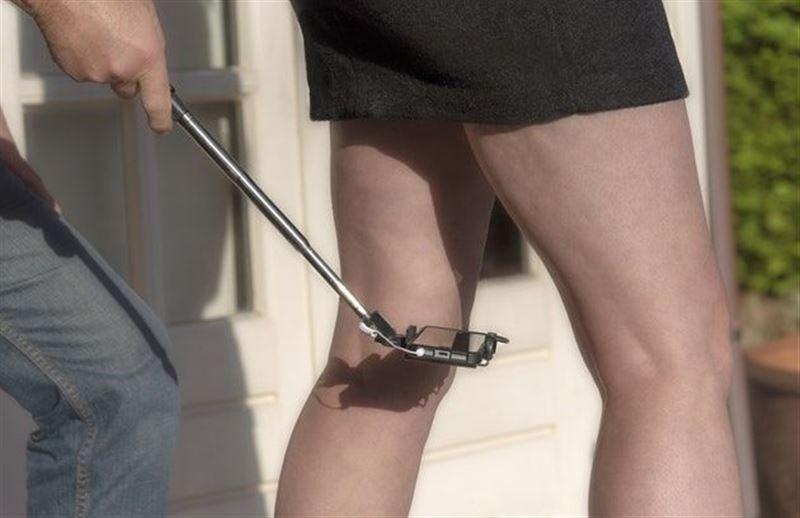 Извращенец заглянул под юбки сотням женщин и попал под суд