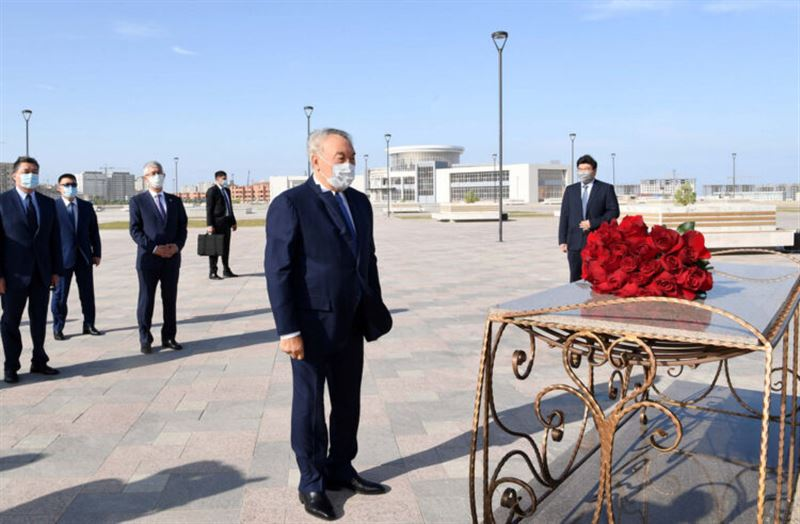 Нурсултан Назарбаев возложил цветы к памятнику Абиша Кекилбаева
