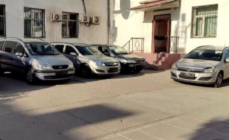 В Туркестанской области женщина с сыном распродали машины, оставленные на стоянке
