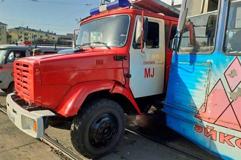 Пожарная машина, направлявшаяся на вызов, столкнулась с трамваем в Усть-Каменогорске