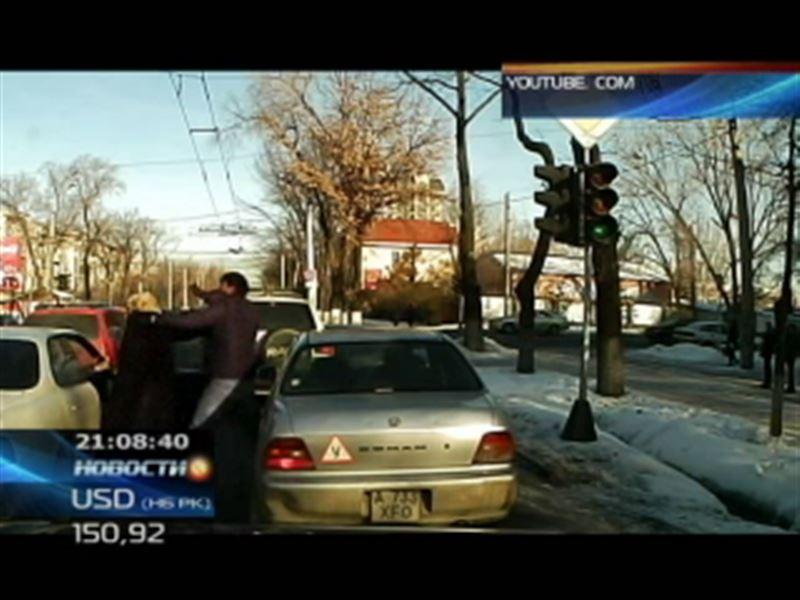 На одном из алматинских перекрестков водитель избил двух пожилых людей